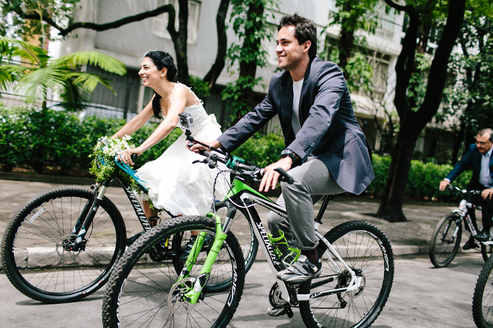 Colorful Bike Wedding in a Park with a Picnic | Bicicletas no Casamento no parque com um Picnic | Photos by: Frankie e Marilia (28)